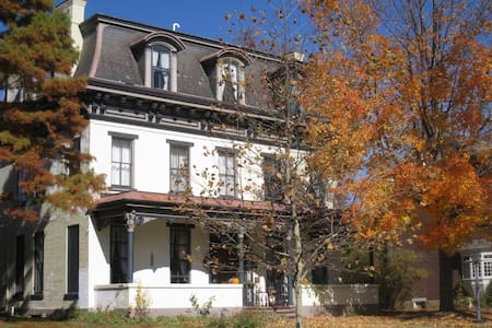 Gracious Old Home (Thomas More Rm.) - Hollidaysburg
