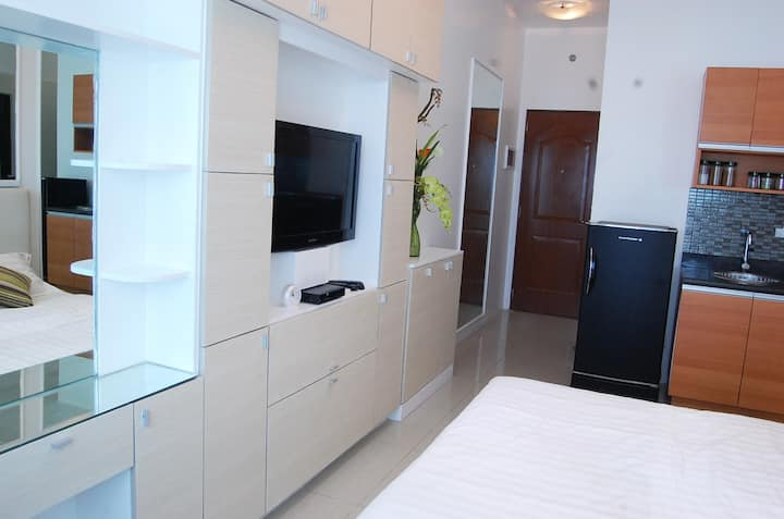 LowerPenthouse Makati CBD Serviced Apt., Fast WiFi