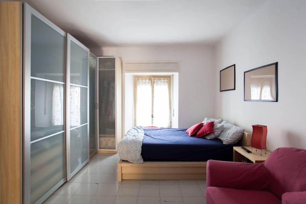 Ampia camera con letto matrimoniale e  divano letto