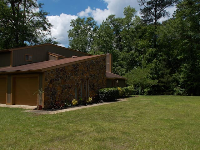Trojan Lodge-  Private Vacation  on  a Wooded Lot - Troy - Maison