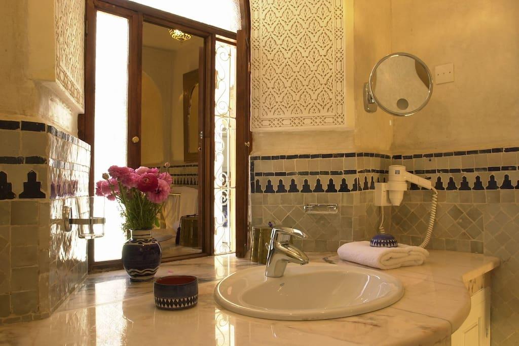 Toutes les salles de bain équipées de miroirs grossissants et sèche cheveux.