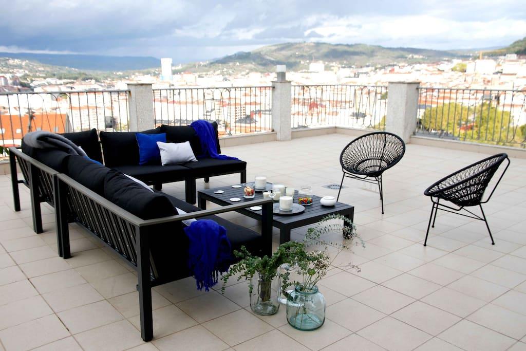Terraza panorámica con vistas a Ourense. Tiene acceso a la casa y zonas comunes.