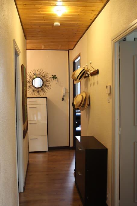 l'entrée, une chambre à gauche, une à droite