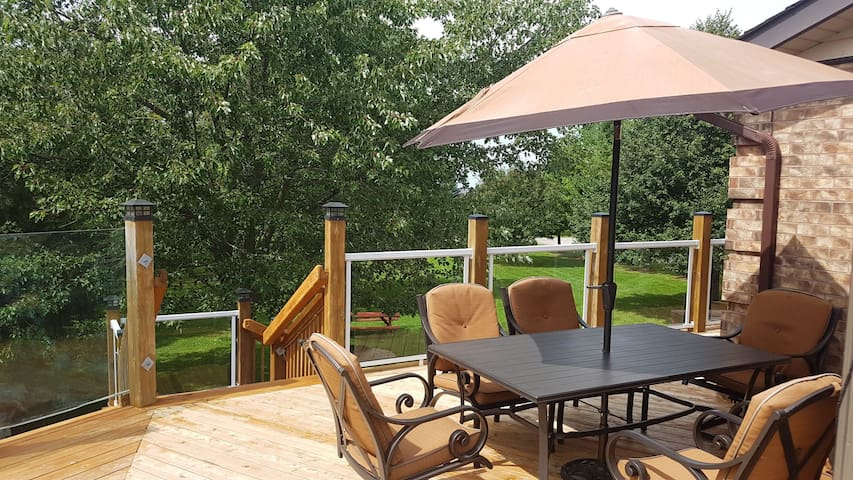 Outdoor dining on the upper deck