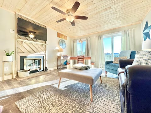 Penny's Peace Pad-A Clean & Updated Condo on Beech