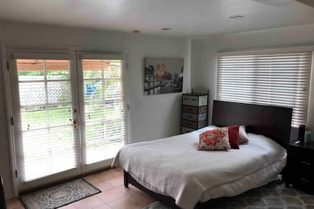 Beverly Hills Guesthouse .5 miles from CedarSinai
