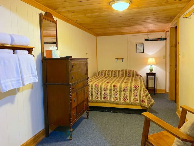 The Fir room has a Queen bed and x2 Single beds, as well as an en suite bathroom with a jacuzzi tub & shower.