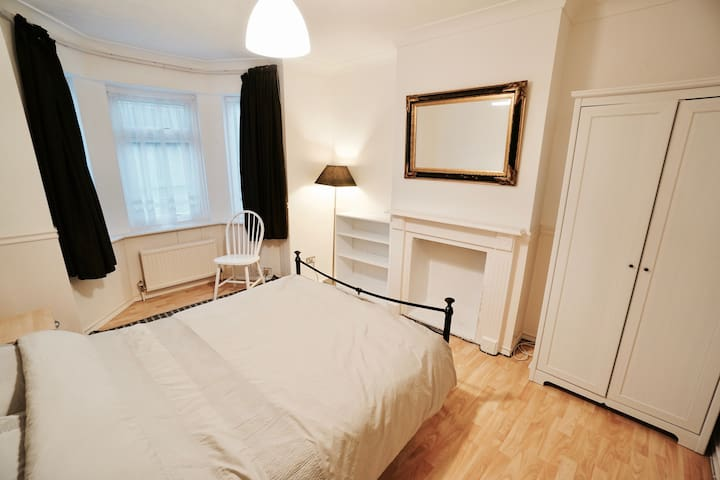 Large bright luxurious room in friendly house .1