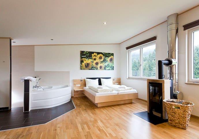 Offen gestaltet mit viel Holz! Couch mit Beistelltisch auch vorhanden.
