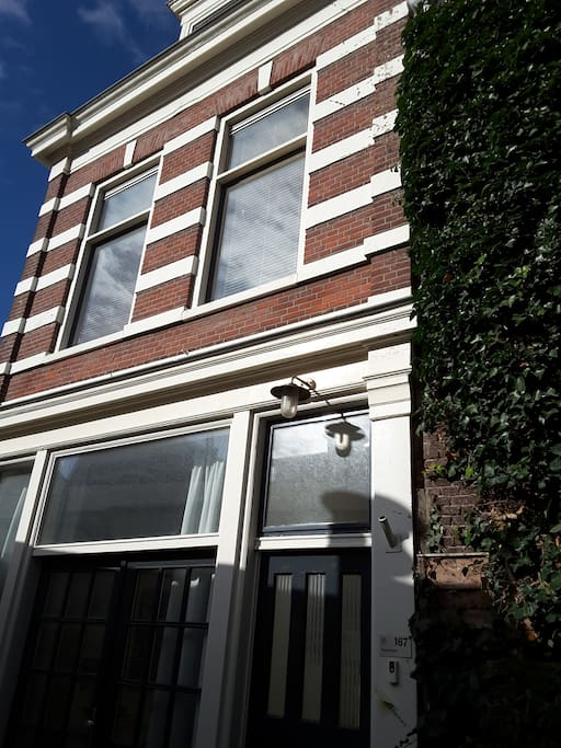 3 story house on a dead end street, close by tram, bus, parking, beach (2 mins) and city (20 mins)