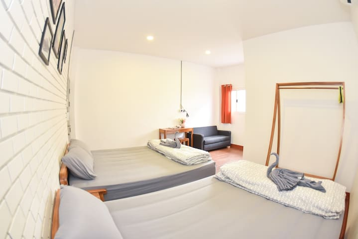 The Garage: Family Room 3 Free WiFi+Breakfast - Muang - House