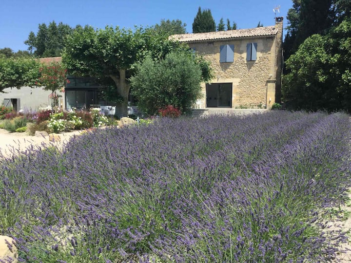 Provencal farm house with heated pool located to Salon de Provence, 8 people