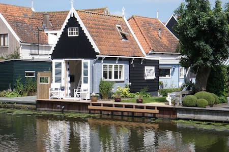Idyllic house at the water of Edam - Edam