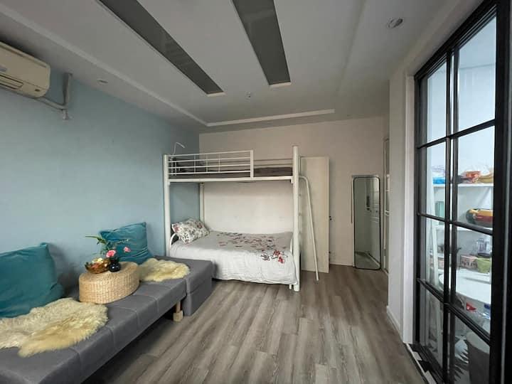 静安嘉里中心地带女生间床位独卫厨公寓房!地铁2、7号线,楼下超市星巴克步行距离南京西路商圈