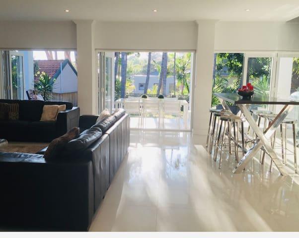 Luxurious Spacious Modern Convenient Apartment