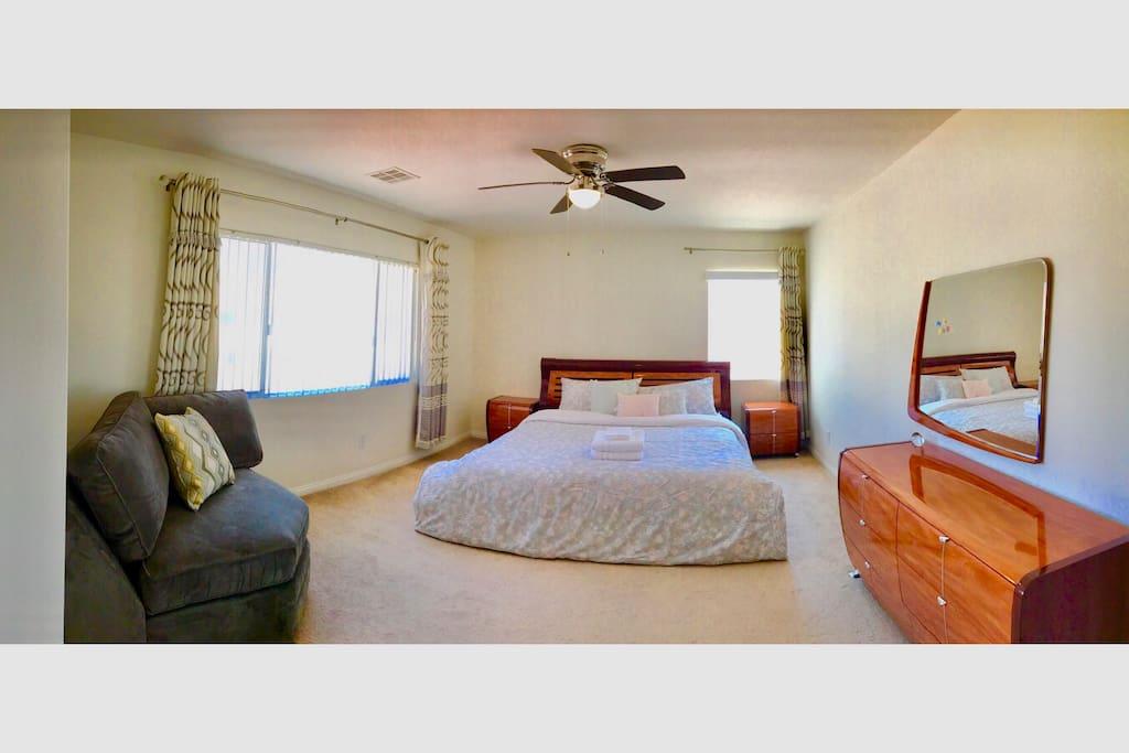 Master bedroom Oversized master bedroom with separate cloakroom ,toilet 主卧 超大的主卧 有单独的衣帽间,洗手间,卫生间。