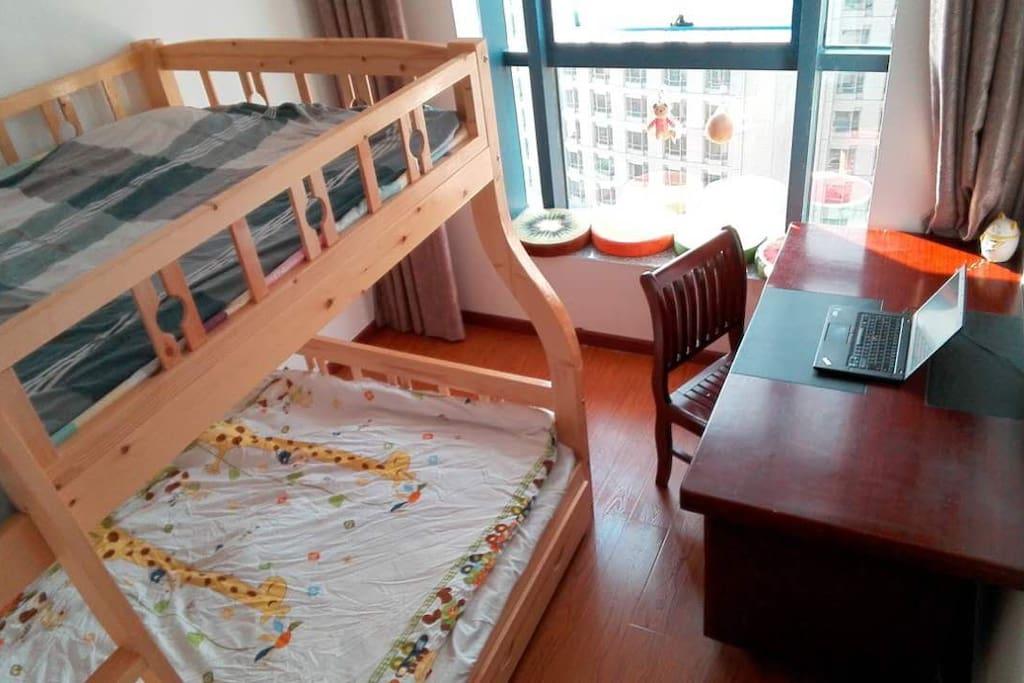 客房,上下铺 下面是双人床,上面是单人床