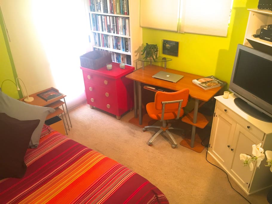 Chest or drawers, desk, full cable T.V.