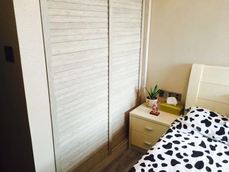 1.5米宽大床房型:提供三种不同材质的枕头和床品,满足您的需求,让您享受家的温暖!