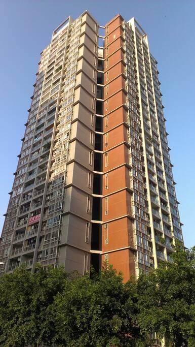 一共34层楼的公寓大楼 a 34-storey building with 3 elevators