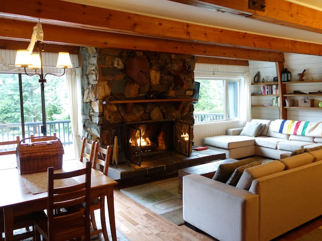 Classic 3br Chalet Modern Comforts w/ hot tub