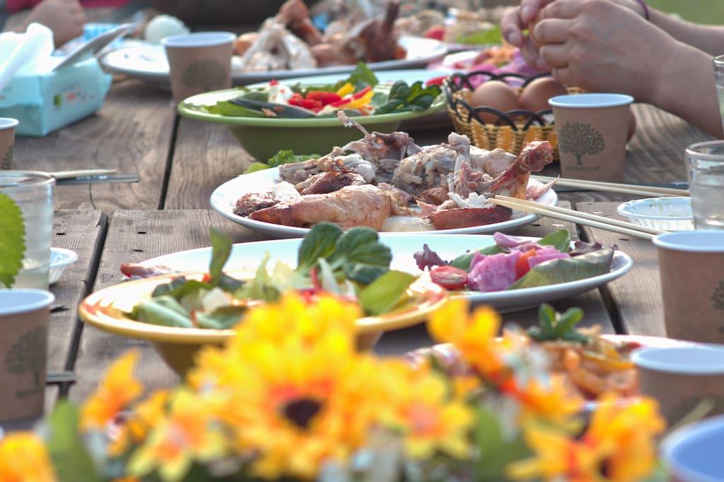 Eat with-훈연 하귤 비어캔 치킨, 유부와톳초밥, 다양한 꼬치요리와 바지락찜등 미남미녀가 만들어 주는 맛있는 음식을 맛보세요^^