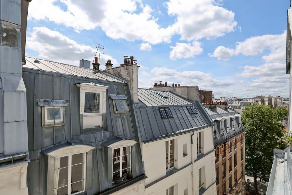 Vue de la fenêtre de la cuisine et du living-room, vers la droite, côté / rue Sainte Foy
