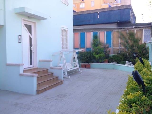 Appartamento fronte mare (piano rialzato) giardino - Marebello - Appartement
