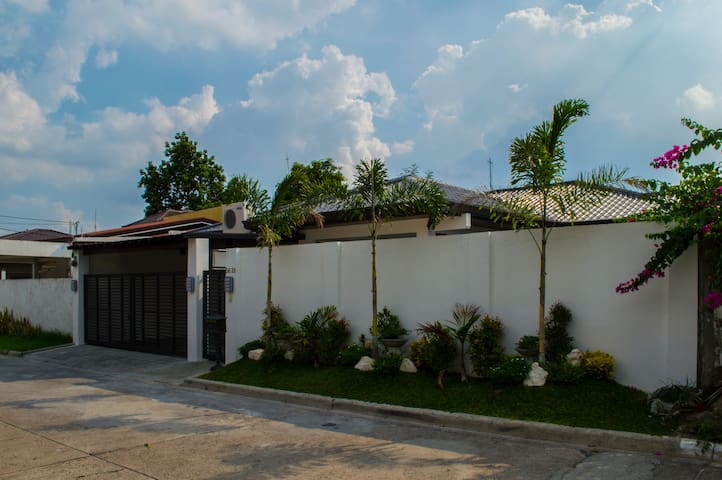 Three bedroom rest house with swimming pool - Angeles City - House