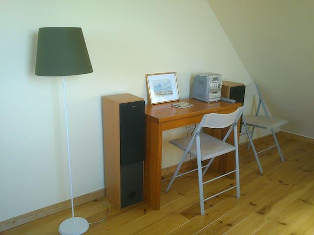 Bureau et musique dans la chambre