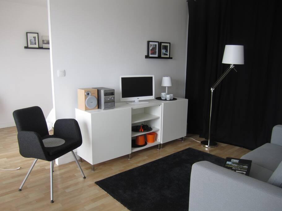 Un salon  confortable avec TV et musique