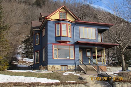 "Great River Road Inns- ""Joseph Fugina House"" - Fountain City - Bed & Breakfast"