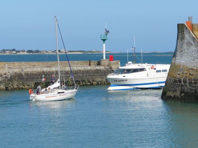 Bateaux de pêche et de plaisance se croisent à l'entrée du port de Saint-Vaast