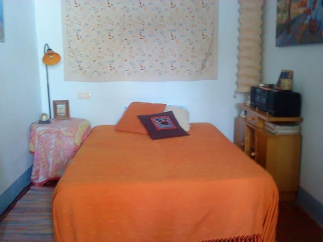 habitación con cama doble -Figueres - Figueres - Apartment
