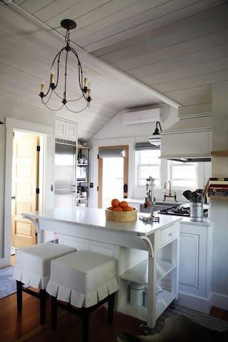 Modern Meets Vintage in Cozy - Shoreline - Condominium