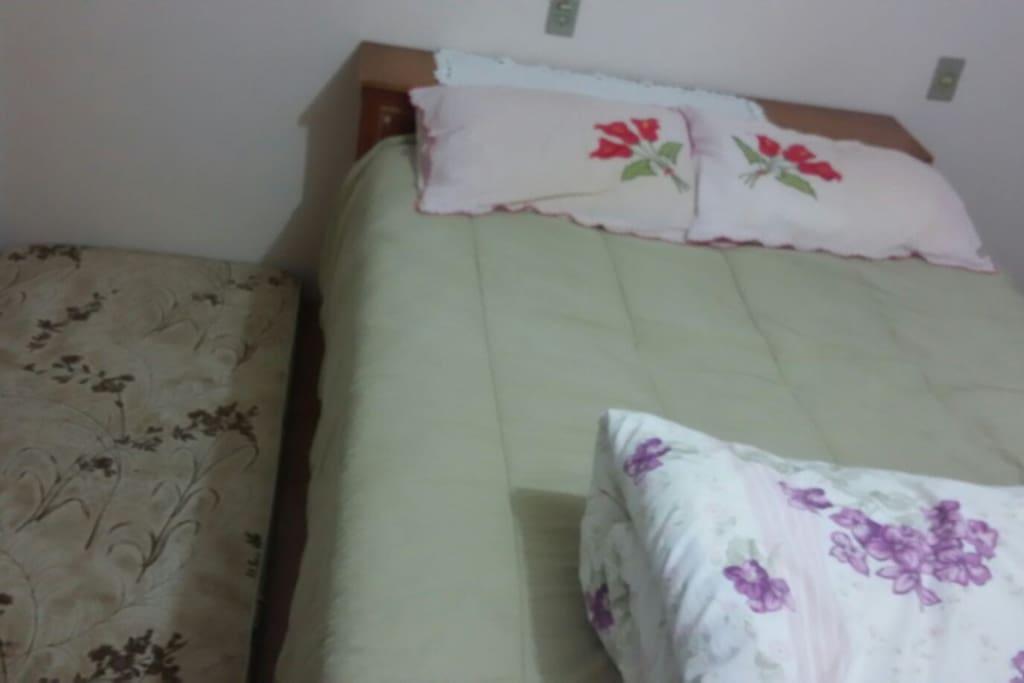 cama de casal com espaço para colchão de solteiro - Quarto 1