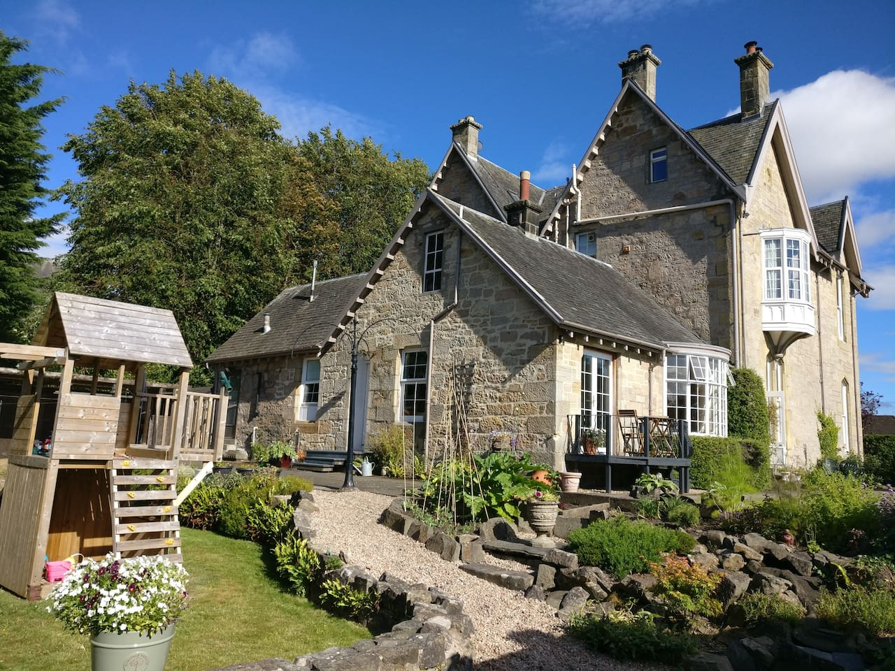 Lovely self contained cottage attached to 19th century house in the city of Stirling