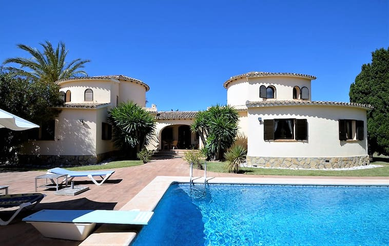 Luxury finca 150m to the beach, pool and free WiFi