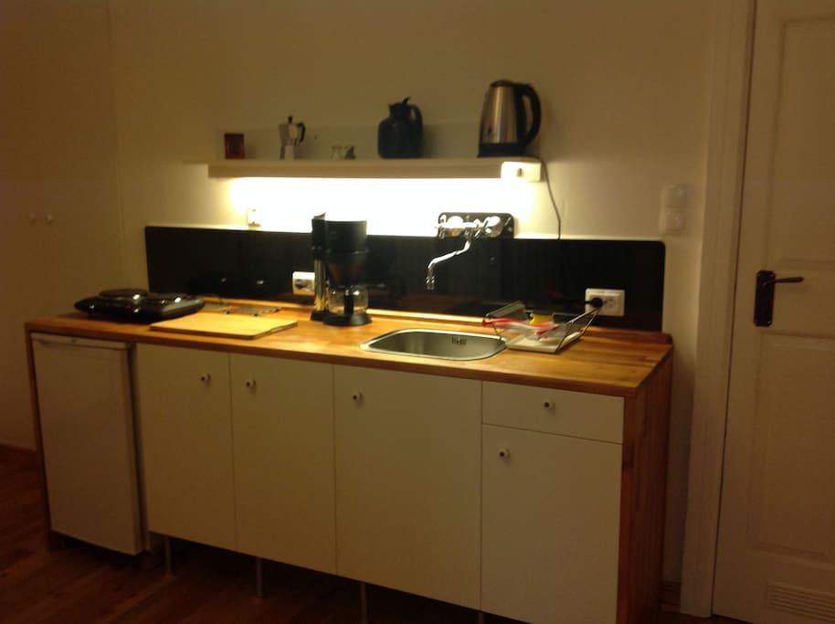 Die Küchenzeile, Herd, Kühlschrank, Spüle,Kaffemasch. Wasserk.