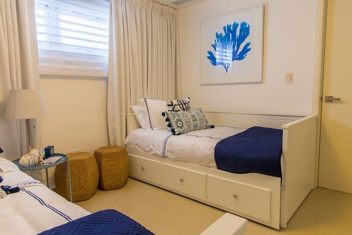 Habitación secundaria. Tiene opción a una cama adicional si se abre una de las camas.