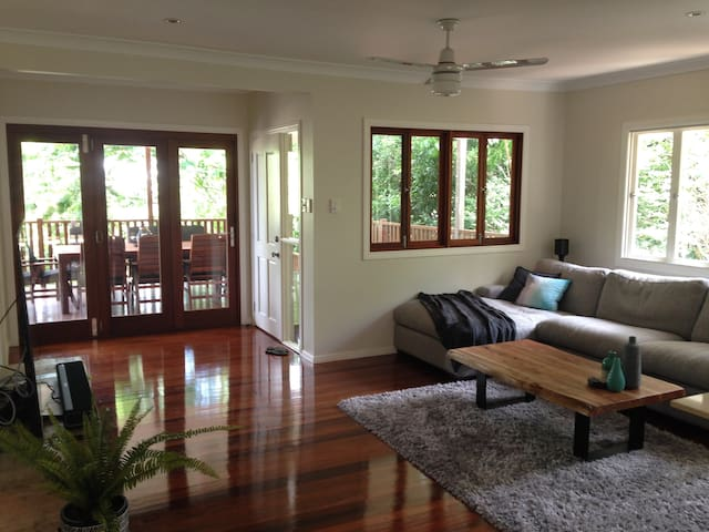 Modern 4-bed family home in leafy Brisbane