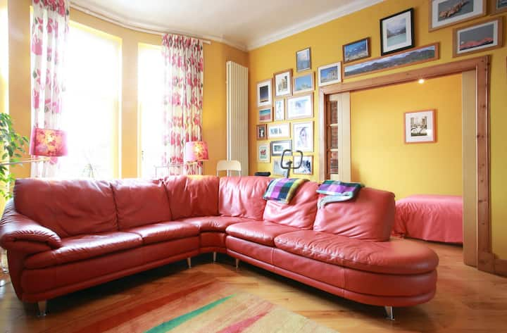 Large Comfy HOME in Central Hamilton nr Glasgow