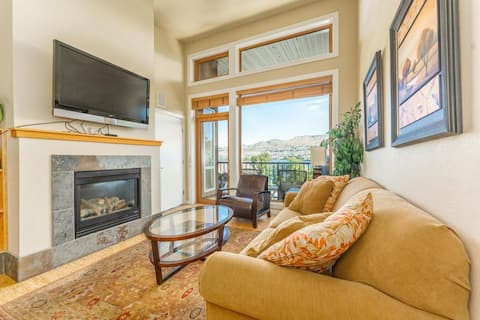 Top floor 2BR condo steps from park & lake w pool