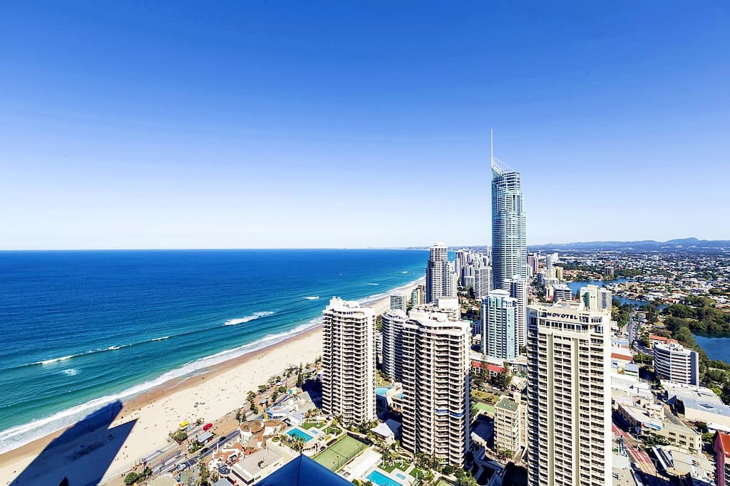 Located on Hilton Tower 37th floors, invincible super Sky Ocean-view, also a sprawling vista of the Surfers Paradise Skyline  at large balcony: from the City, past the River and off into the Mountains. 公寓位于希尔顿大楼37楼高层,坐拥豪华无敌Sky海景、黄金海岸天际线下美丽的城景和远处的山景