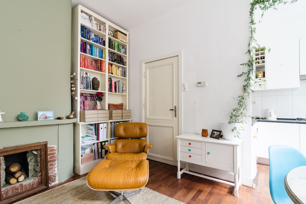 Sitting on an Eames lounge chair you can browse through some books on creativity, travels, human development and some novels, in Dutch, English and Portuguese.