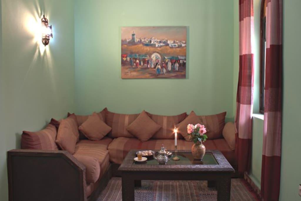 deuxième salon marocain avec de canapets , ou c'est possible d'arranger un lit d'appoint pour les enfants gracieusement