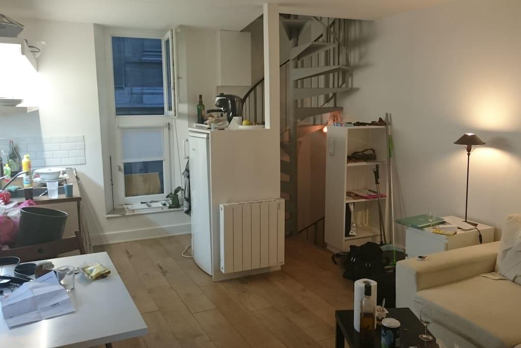 La cuisine toute équipée (four, lave linge, lave vaisselle, 4 plaques et un grand réfrigérateur). Ces deux fenêtres donnent sur la rue, tout comme la chambre (2 étages plus haut)