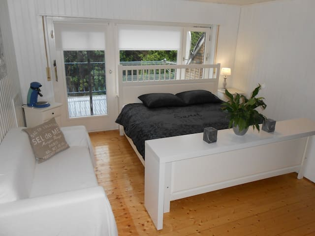 Zimmer in landhausstil mit Balkon am Kanal - Großefehn - Huoneisto