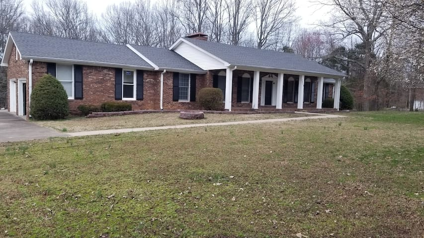 Quiet,Private Setting! Easy access to Nashville
