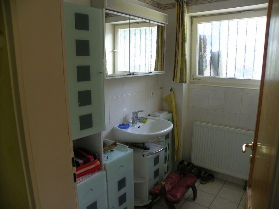 großes Bad mit Waschbecken und ...